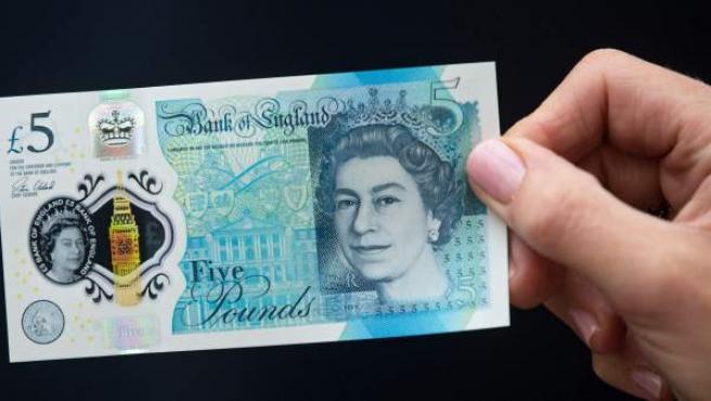 El nuevo billete de cinco libras esterlinas, el primero fabricado con plástico.