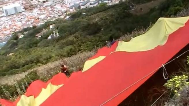 Despliegue de una bandera española en Gibraltar por parte de partidarios de Vox.