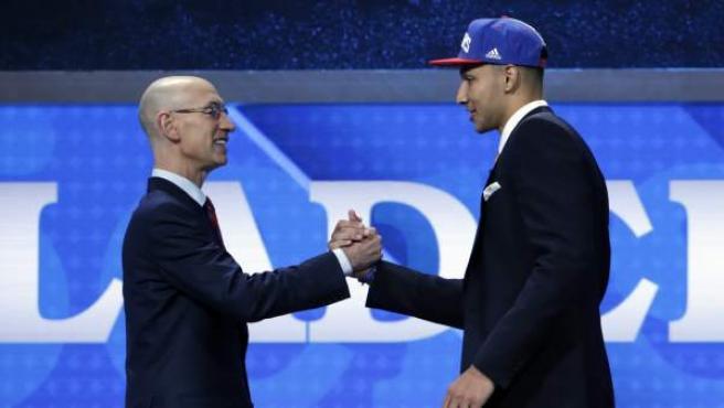 El comisionado de la NBA Adam Silver (i) da la mano al jugador de baloncesto australiano Ben Simmons de Louisiana State University (LSU).