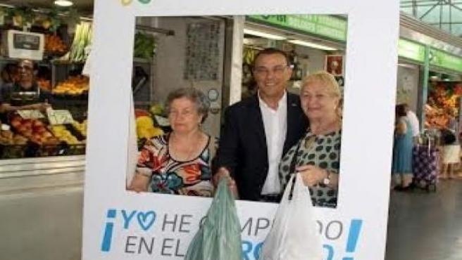 El presidente de la Diputación de Huelva, Ignacio Caraballo, en el mercado.