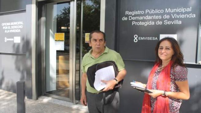 Visita de Cristina Honorato (Participa) a la oficina municipal de vivienda