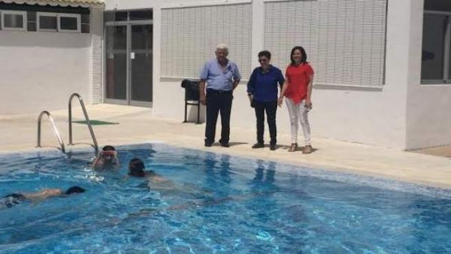 Crespín (dcha.) visita a las instalaciones de la piscina municipal