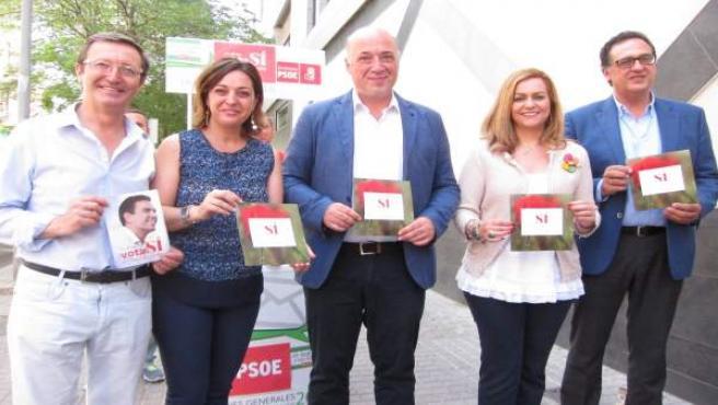 Ruiz (centro) y Ambrosio (2ª izda.) con candidatos del PSOE
