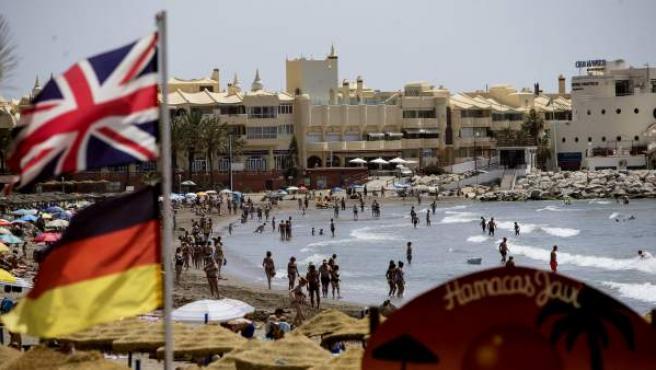 Una bandera británica junto a una alemana en la playa de la localidad malagueña de Benalmádena, donde residen muchos británicos, tras el resultado del referéndum en el que se decidió la salida del Reino Unido de la UE.