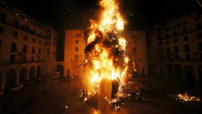 Las llamas consumen el monumento plantando en la plaza del ayuntamiento de Alicante, durante la 'Cremá de la Foguera' oficial, en las tradicionales Hogueras de San Juan que se celebran en la capital alicantina.