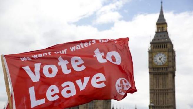Partidarios del 'brexit' con banderas junto al parlamento británico.