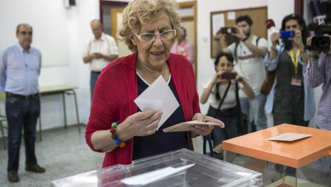 La alcaldesa de Madrid, Manuela Carmena, ejerce su derecho al voto en el IES Conde de Orgaz, en el madrileño barrio de Hortaleza, en Madrid.