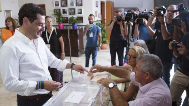 El lídero del PP-A, Juan Manuel Moreno, votando en el colegio Sagrado Corazón de Málaga en las elecciones de 2015.