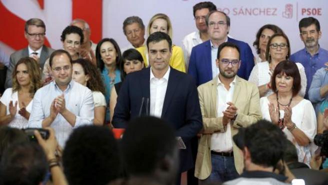El secretario general del PSOE, Pedro Sánchez, acompañado de otros dirigentes del partido y candidatos, durante su comparecencia ante los medios de comunicación para analizar los resultados de las elecciones del 26-J.