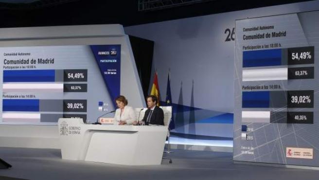 La secretaria de Estado de Comunicación, Carmen Martín Castro, y el subsecretario de Interior, Luis Aguilera Ruiz, comparecen en una rueda de prensa en el Centro de Datos para ofrecer el segundo avance de participación en esta jornada electoral.