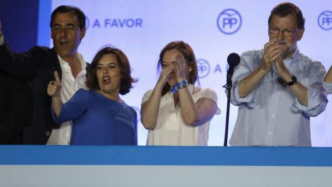 El presidente del Gobierno en funciones y líder del PP, Mariano Rajoy (d), junto a su mujer Elvira Fernández (2d), la vicepresidenta del Gobierno en funciones, Soraya Sáenz de Santamaría (2i), y el vicesecretario de Organización, Fernando Martínez Maillo (i), durante su comparecencia ante los simpatizantes en el exterior de la sede del partido, en la madrileña calle Génova, tras conocer los resultados de las elecciones generales del 26J.