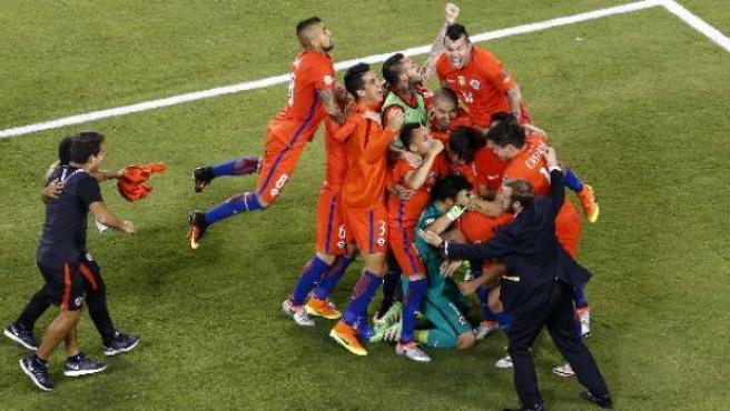 La selección chile celebra en la final de la copa América del 26 de junio de 2016, cuando se tornó bicampeona por segunda vez consecutiva.
