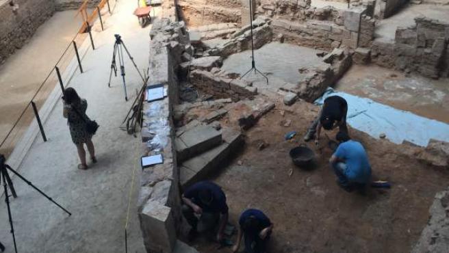 Algunos estudiantes de la Universidad de Geografía e Historía de Barcelona trabajando.