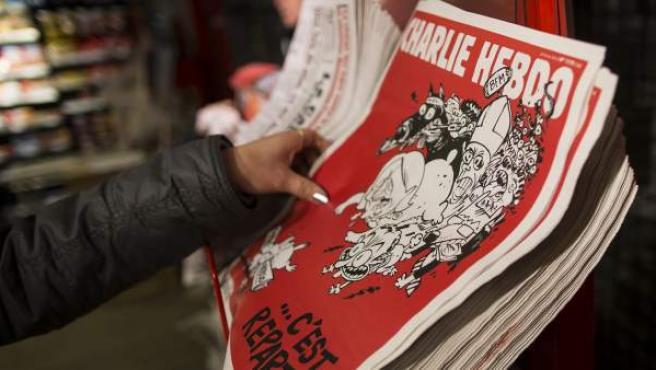 Diversos ejemplares de 'Charlie Hebdo' son puestos a la venta en la estación de tren Gare du Nord en París (Francia).