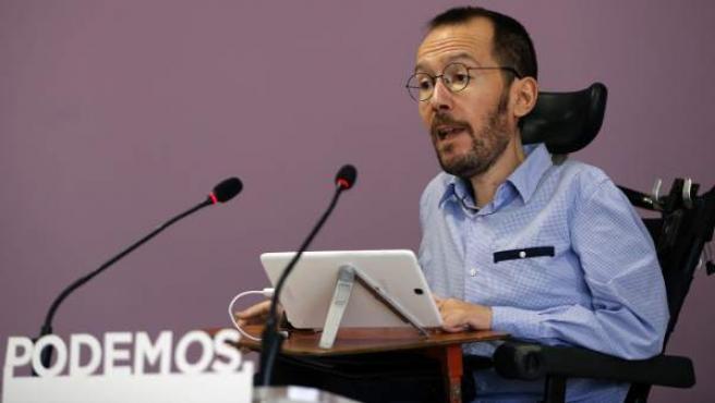 El secretario de Organización de Podemos, Pablo Echenique, durante una rueda de prensa en la que ha anunciado que el 98 por ciento de los casi 145.000 inscritos que han participado en la consulta de Podemos han respaldado concurrir a las elecciones del 26 de junio en coalición con Izquierda Unida.