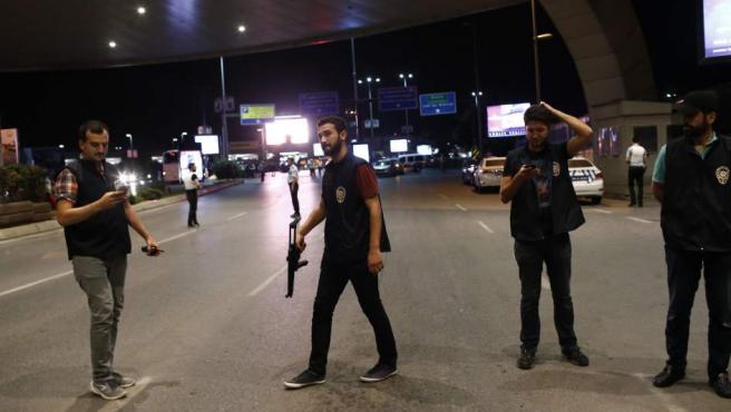 Policías aseguran el área donde se ha perpetrado un atentado en el mayor aeropuerto de Estambul.