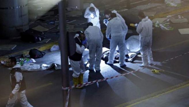 Investigadores forenses tras un atentado suicida perpetrado en el mayor aeropuerto de Estambul, Atatürk.