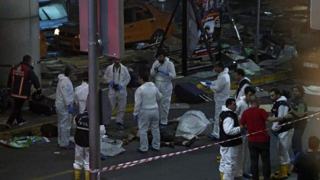 Investigadores forenses tras el atentado suicida perpetrado en el mayor aeropuerto de Estambul, Atatürk, que ha causado cerca de cuarenta muertos.