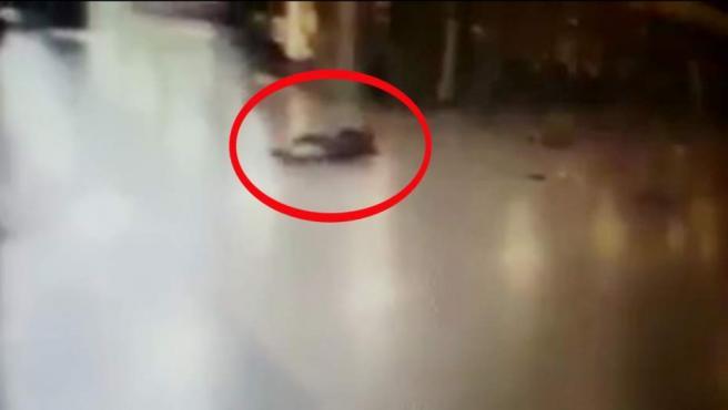 Uno de los terroristas que atacaron el aeropuerto de Estambul, justo antes de inmolarse.