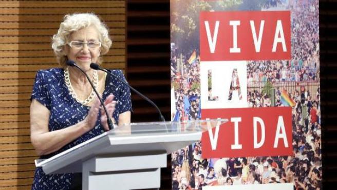 La alcaldesa de Madrid, Manuela Carmena, durante el acto en el que ha recibido a los dirigentes de asociaciones del colectivo LGTBI, quienes le han entregado el distintivo que confirma que Madrid acogerá las fiestas del Orgullo a nivel mundial en 2017.