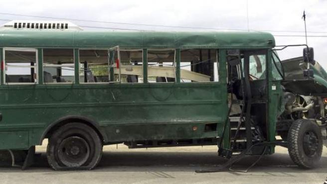 Vista del autobús policial que ha sufrido un ataque suicida en Kabul