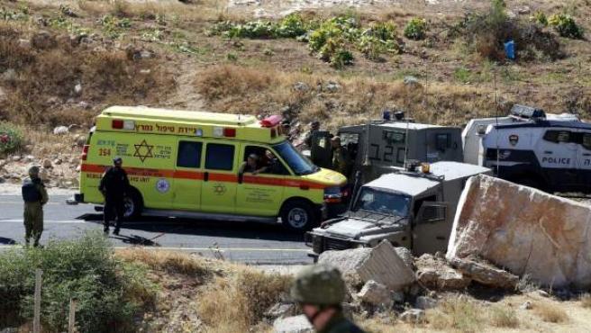 Servicios de emergencia y fuerzas de seguridad israelíes permanecen en el lugar del tiroteo en la carretera 60, que cruza Cisjordania de norte a sur.