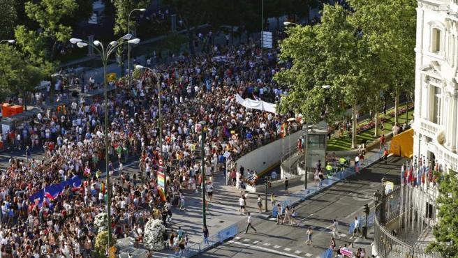 """Cabecera de la manifestación del Orgullo LGTB más grande de Europa que recorre el centro de Madrid bajo el lema """"Leyes por la igualdad real ¡ya!. Año de la visibilidad bisexual en la diversidad""""."""