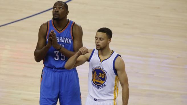 Kevin Durant (i), de Oklahoma City Thunder, junto a Stephen Curry.