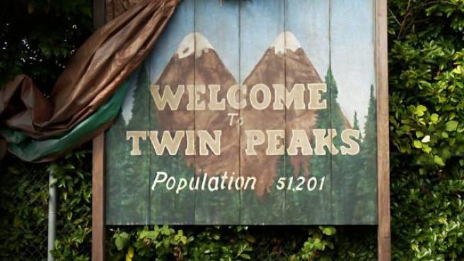 Cartel de la famosa población ficticia de Twin Peaks, que da nombre a la serie de culto de los 90.