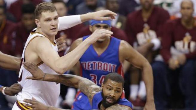 Timofei Mozgov en el Cavaliers - Pistons.