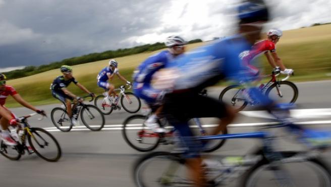Imagen de un grupo de ciclistas en carretera.