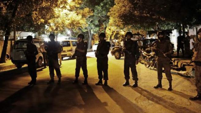 Fuerzas de asalto preparadas para actuar ante el ataque al restaurante de Dacca.