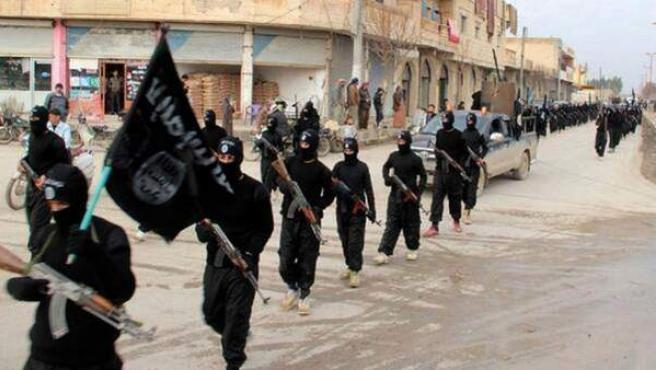 Combatientes del grupo terrorista Estado Islámico en la ciudad siria de Al Raqa.