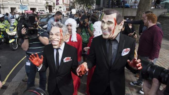 Manifestantes disfrazados de Tony Blair y George W. Bush en una protesta este miércoles en Londres.