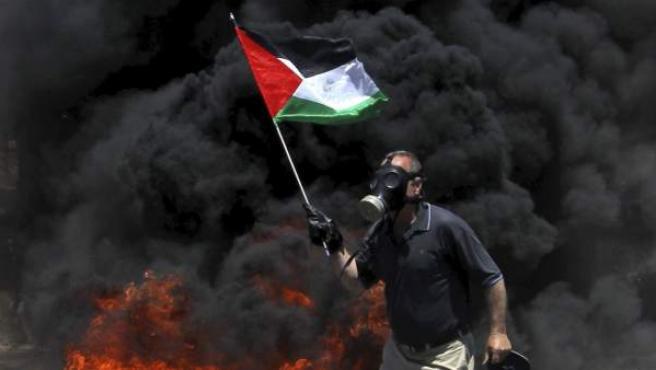 Un palestino protesta contra los asentamientos de Israel en Qadomem.