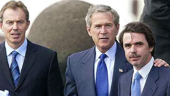 De izda a dcha: Tony Blair, George W. Bush y José María Aznar, durante su encuentro en las Azores hace diez años.