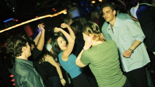 Un grupo de jóvenes divirtiéndose en una discoteca.