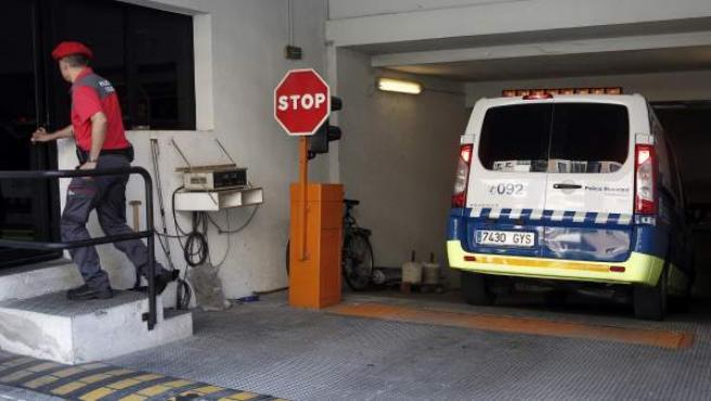 Un furgón de la Policía Municipal entra al Palacio de Justicia de Navarra con uno de los cinco hombres detenidos en Pamplona por su presunta vinculación con la agresión sexual a una joven.