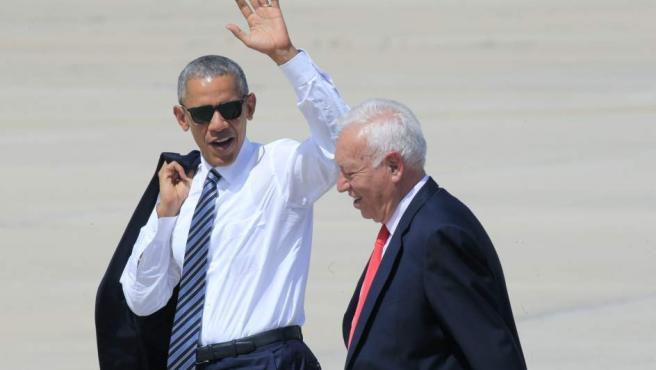 El presidente de EE UU, Barack Obama, acompañado por el ministro de Asuntos Exteriores en funciones, José Manuel García-Margallo, saluda en la base aérea de Torrejón de Ardoz (Madrid) antes de partir hacia la base naval de Rota, en Cádiz.
