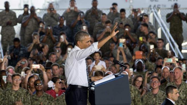 El presidente de EE UU, Barack Obama, saluda al inicio de su discurso a las tropas estadounidenses y españolas y sus familiares en la base naval de Rota.
