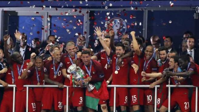 Cristiano Ronaldo alza la copa de campeones de la Eurocopa.