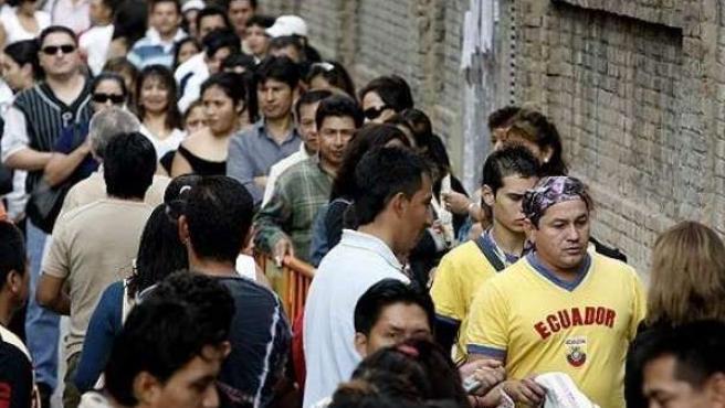 Imagen de archivo de inmigrantes haciendo cola en Madrid.