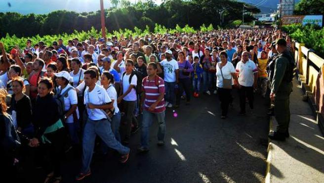 Varias personas caminan por el puente fronterizo Simón Bolívar entre Colombia y Venezuela, en la ciudad de San Antonio del Táchira (Venezuela).