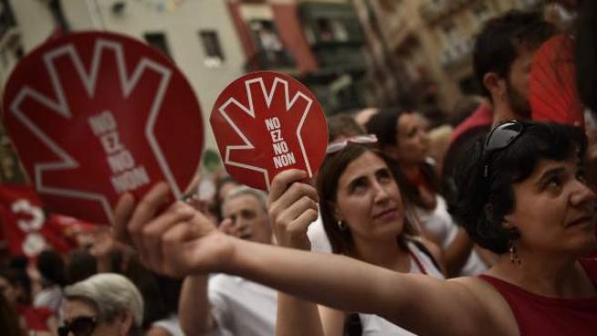 Manifestantes sostienen pancartas con la palabra 'No' en varios idiomas para protestar contra las agresiones sexuales en Pamplona durante los Sanfermines.