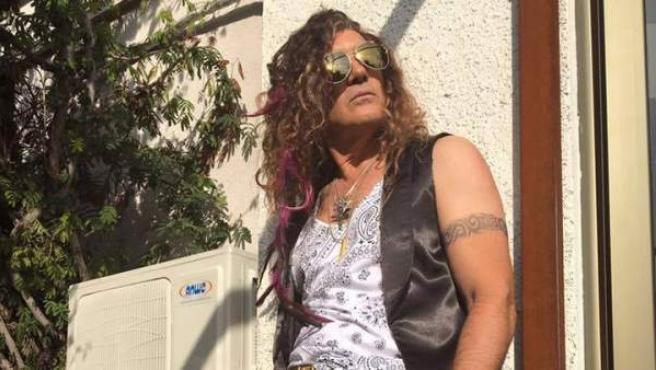 El actor Antonio Banderas posa con su 'look' de estrella del rock, con el que protagoniza su nueva película, 'Salty'