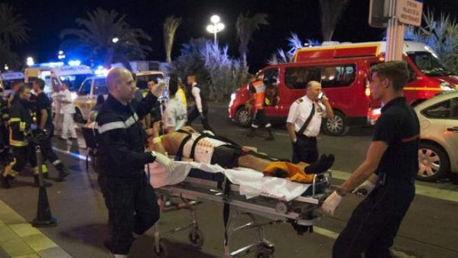 Traslado de una de las víctimas del atentado con camión en Niza el 14 de julio.
