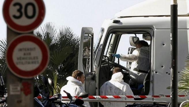 Investigadores de la policía en la cabina del camión que anoche arrolló a una multitud que presenciaba los fuegos artificiales de la fiesta nacional del 14 de Julio en Niza.
