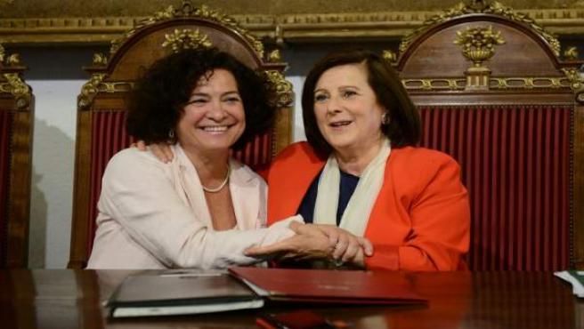 La consejera de Igualdad y la rectora de la UGR tras firmar el convenio