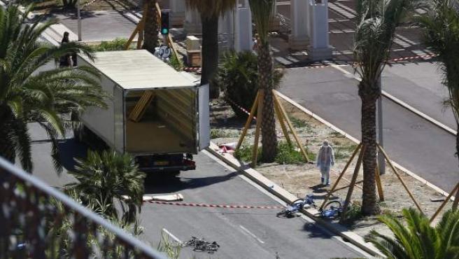 Agentes de Policía examinan el camión usado en el ataque de Niza.