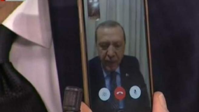 Erdogan se dirige al país a través de un móvil, en una imagen de la televisión turca.